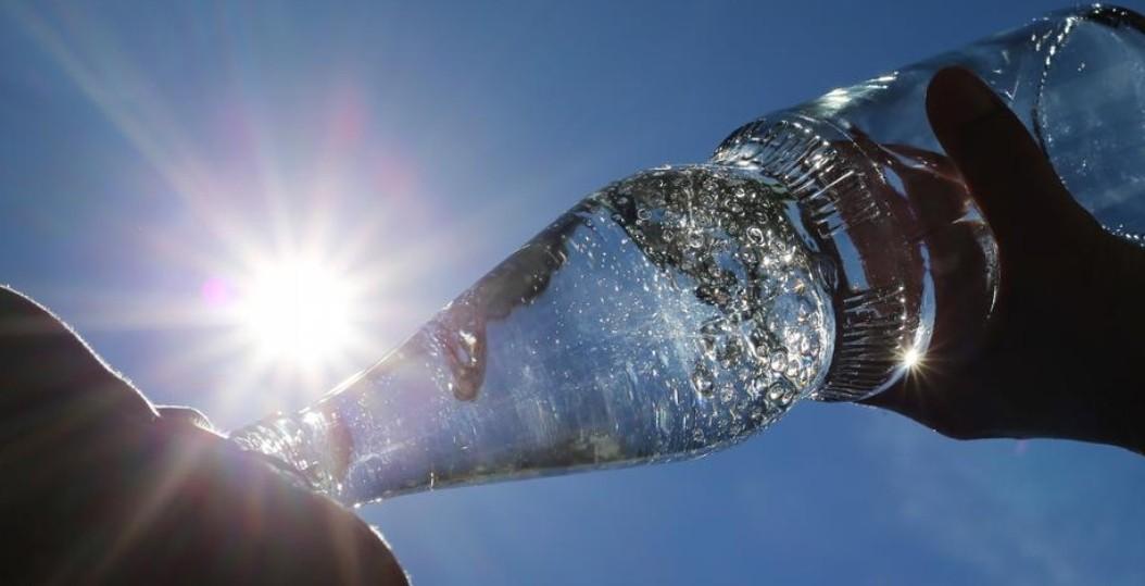 شرب الماء والسعادة