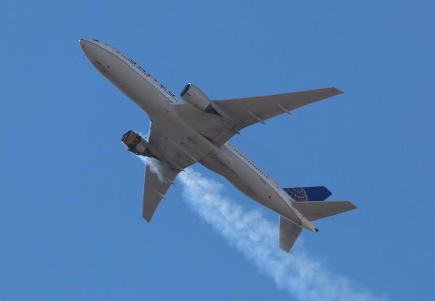 محرك طائرة بوينغ الأمريكية يحترق في السماء