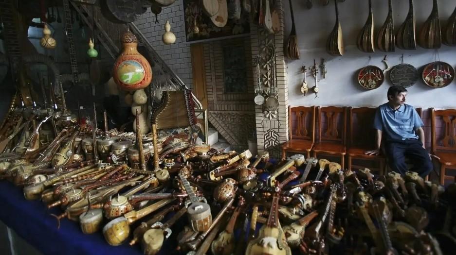معرض لبيع أدوات عزف تقليدية لا تزال مستخدمة في المجتمع الإيغوري