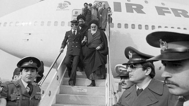 آية الله الخميني ينزل من الطائرة في طهران في الأول من شهر فبراير/ شباط عام 1979