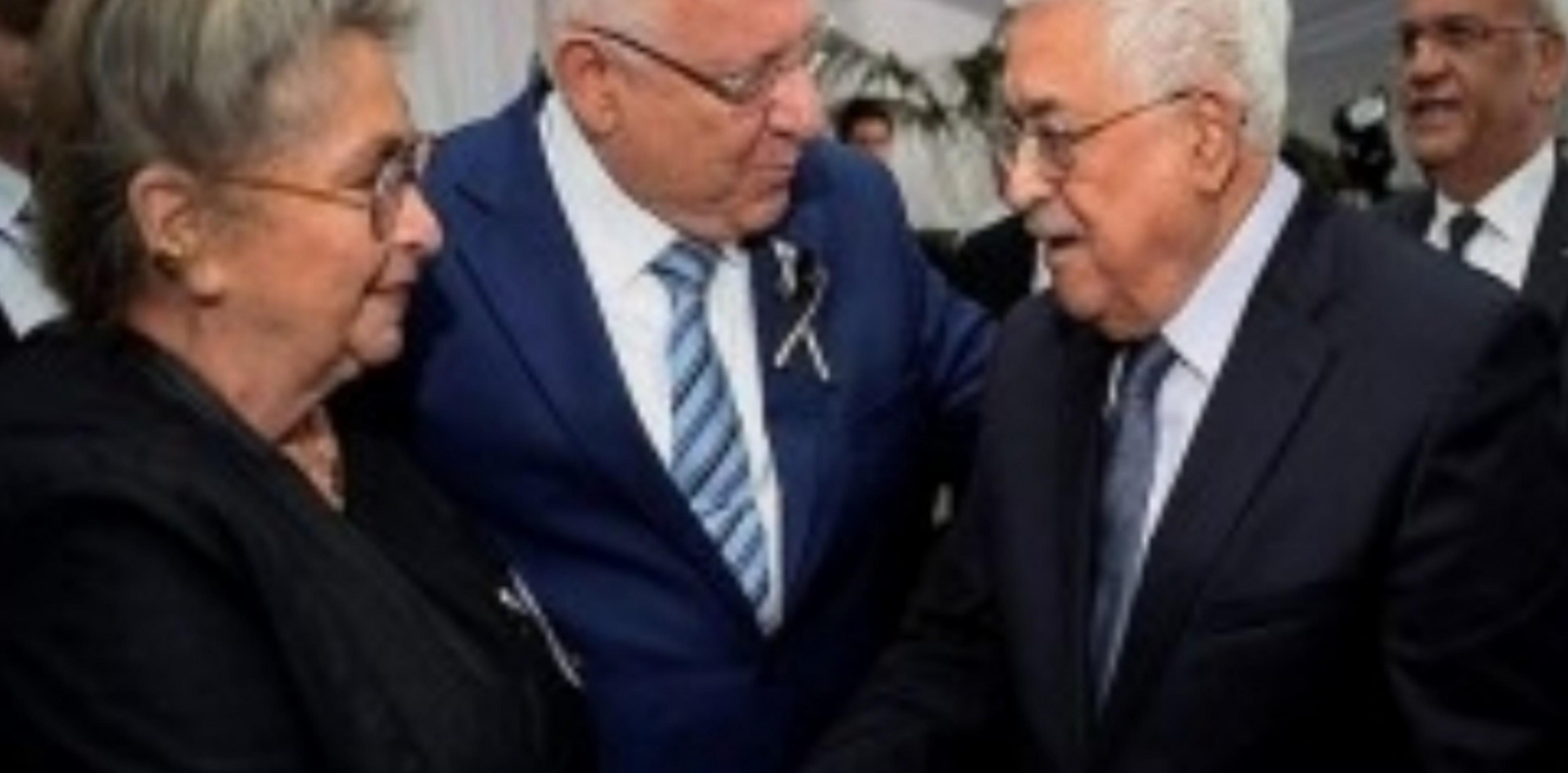 إضاءات صورة: محمود  عباس يعزي الرئيس الإسرائيلي بقتلى حادثة جسر جبل ميرون