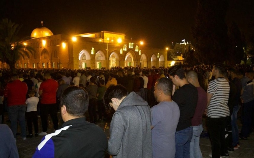 إضاءات شاهد  / الإحتلال الإسرائيلي ينصب سواتر متحركة ويعتقل شبان فلسطينيين في القدس المحتلة والآلاف يؤمون المسجد الأقصى