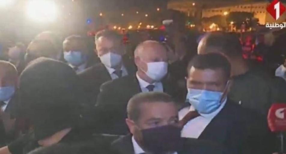 الرئيس التونسي قيس سعيد يتجول في الشارع