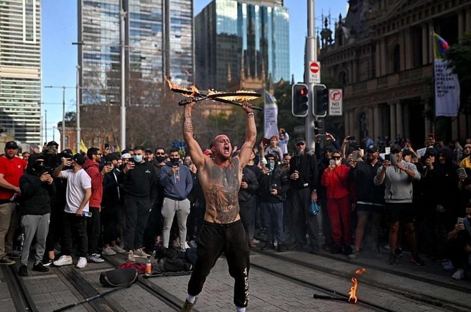تظاهرات في استراليا وفرنسا بسبب كورونا